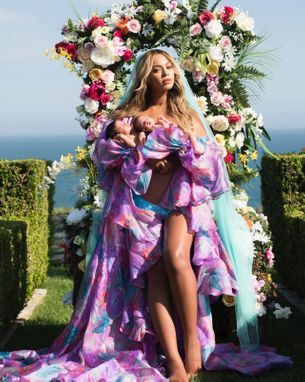Beyoncé has posted the first photo of the twins