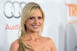A woman accidentally texted Sarah Michelle Gellar her engagement news and received an epic response