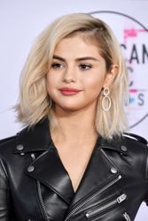 Selena Gomez is no longer a brunette, debuts blonde bob at the 2017 AMAs