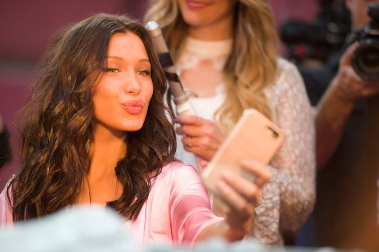 Bella Hadid shows us how elevator beauty touch-ups are done