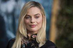 This is how Margot Robbie fakes volume in her hair